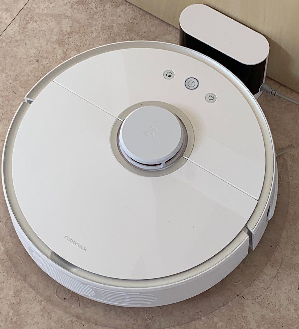 robot aspirateur laveur roborock s6 sur son espace de chargement
